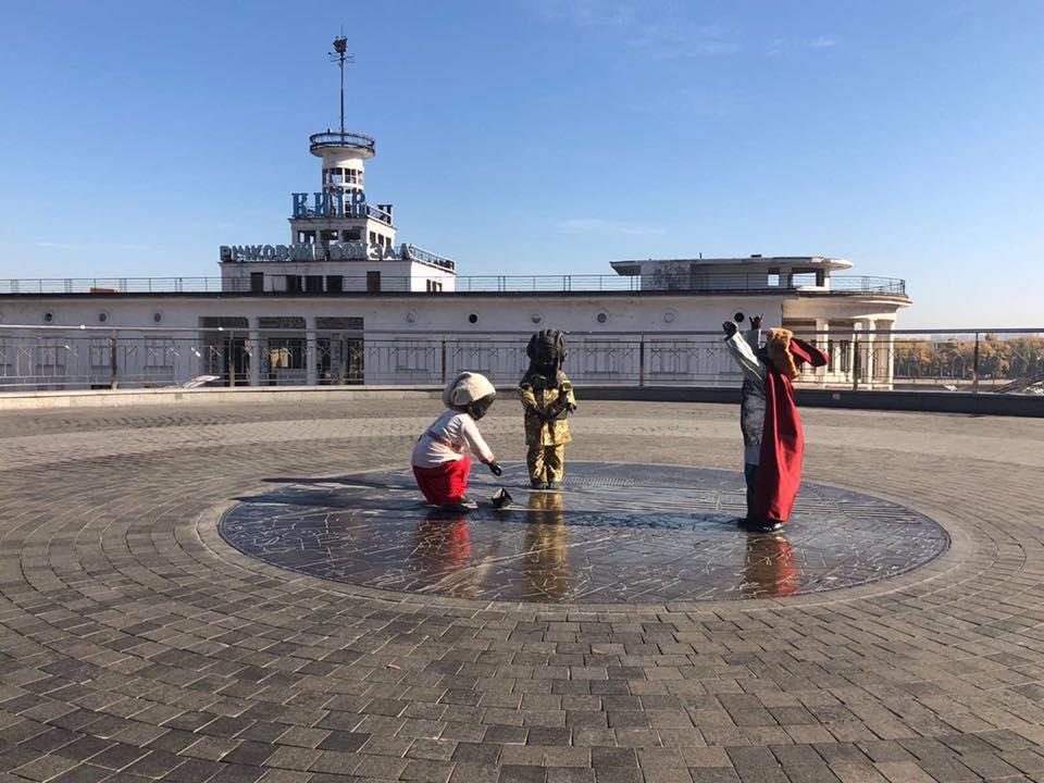 Малыши на Почтовой площади столицы поздравляют украинцев с праздником / фото facebook.com/Vitaliy.Klychko
