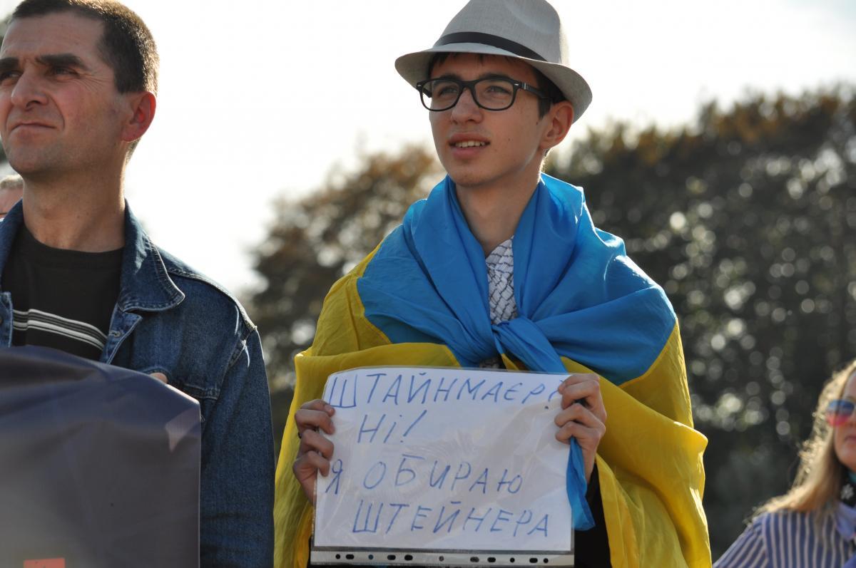 Около 200 жителей приняли участие в акции «Нет – капитуляции!» / фото УНИАН / Виталий Тараненко