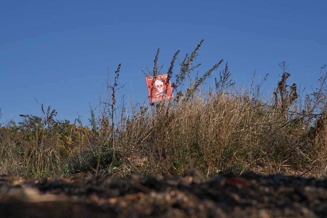На Донбассе в течение недели саперы обследовали 63 гектара территории и обезвредили почти 690 взрывоопасных предметов / фото president.gov.ua