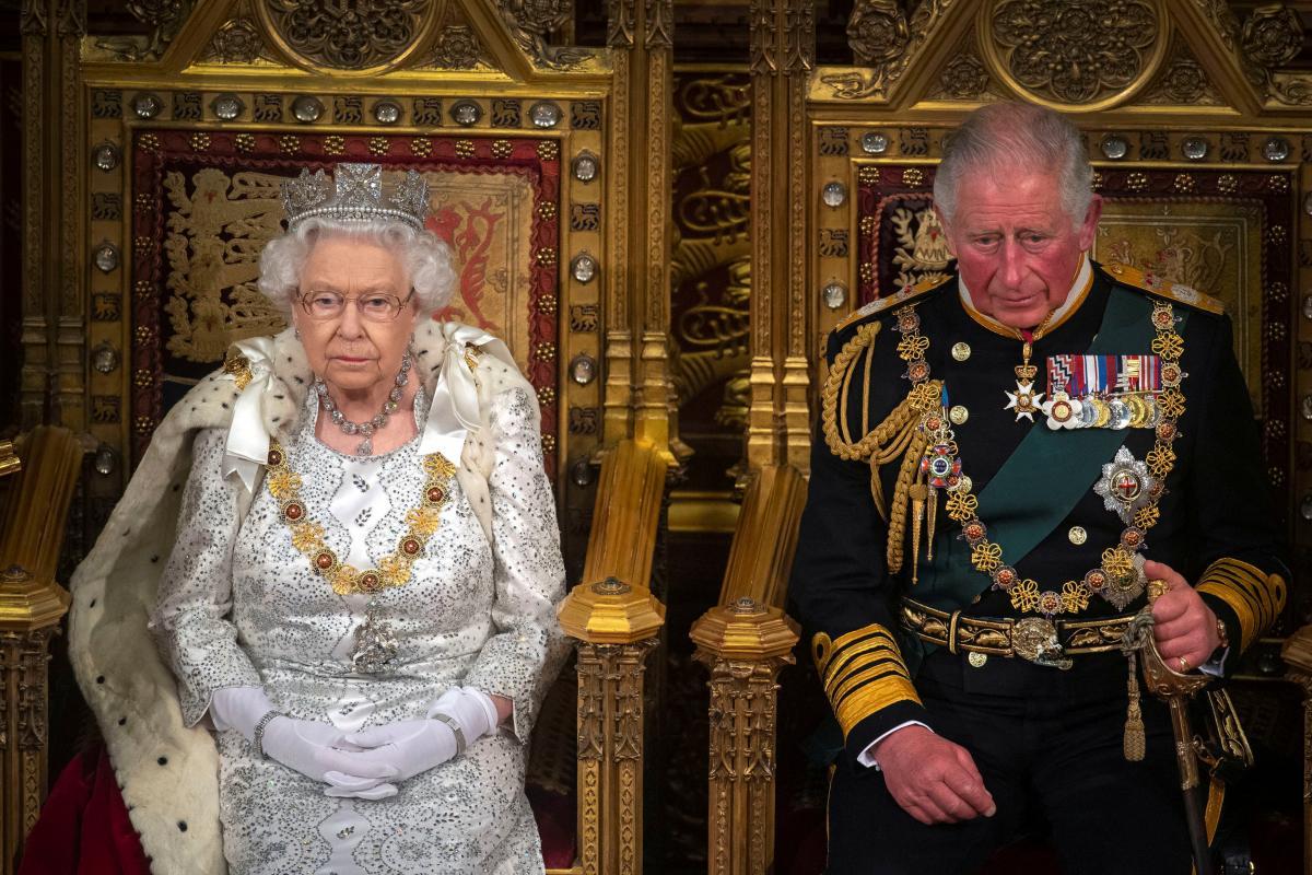 Королева Єлизавета ІІ поки не планує передавати престол принцу Чарльзу / фото REUTERS