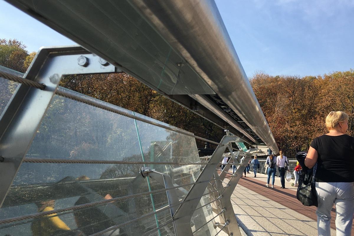 На новом столичном мосту разбилась еще одна стеклянная панель / Информатор Киев