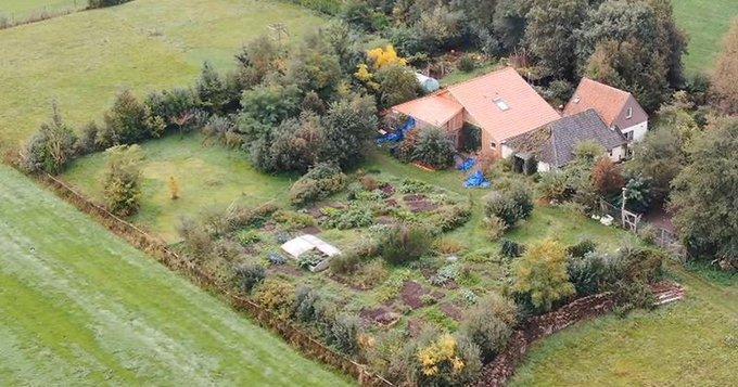 Ферма расположена возле деревни и добраться до нее можно по мосту через канал / фото twitter.com/IntoBits