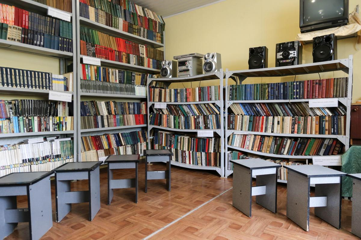 В библиотеке стоит и ряд томов юридической энциклопедии. Выглядят так, словно их никто ни разу не брал в руки / фото УНИАН