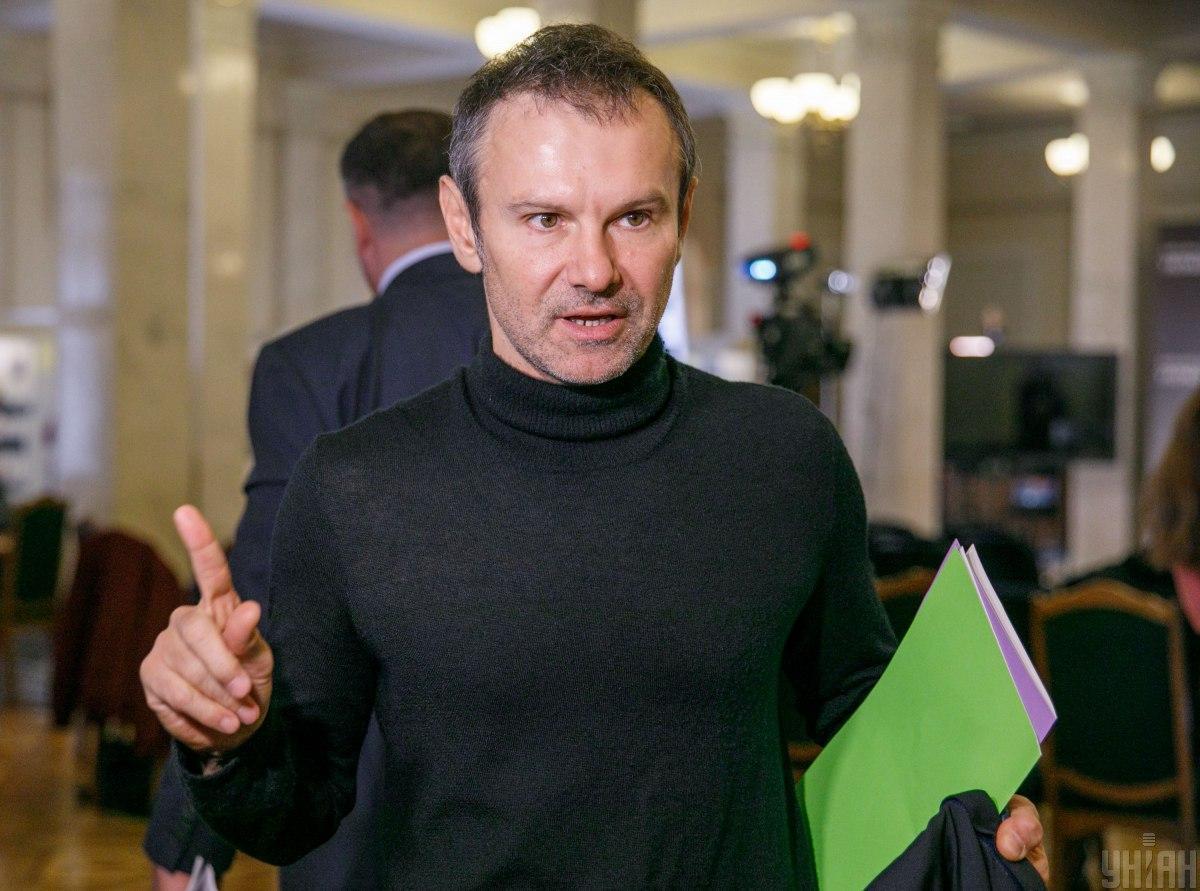 Вакарчук не чувствует себя комфортно в депутатском кресле / фото УНИАН