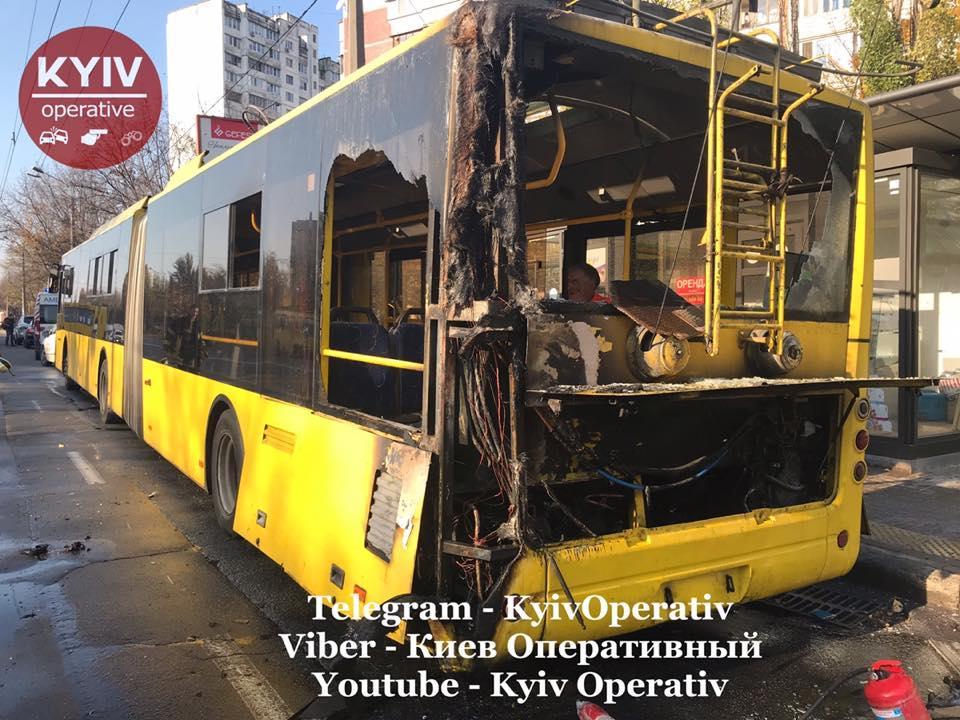 В Киеве сгорел троллейбус / Facebook, Киев оперативный