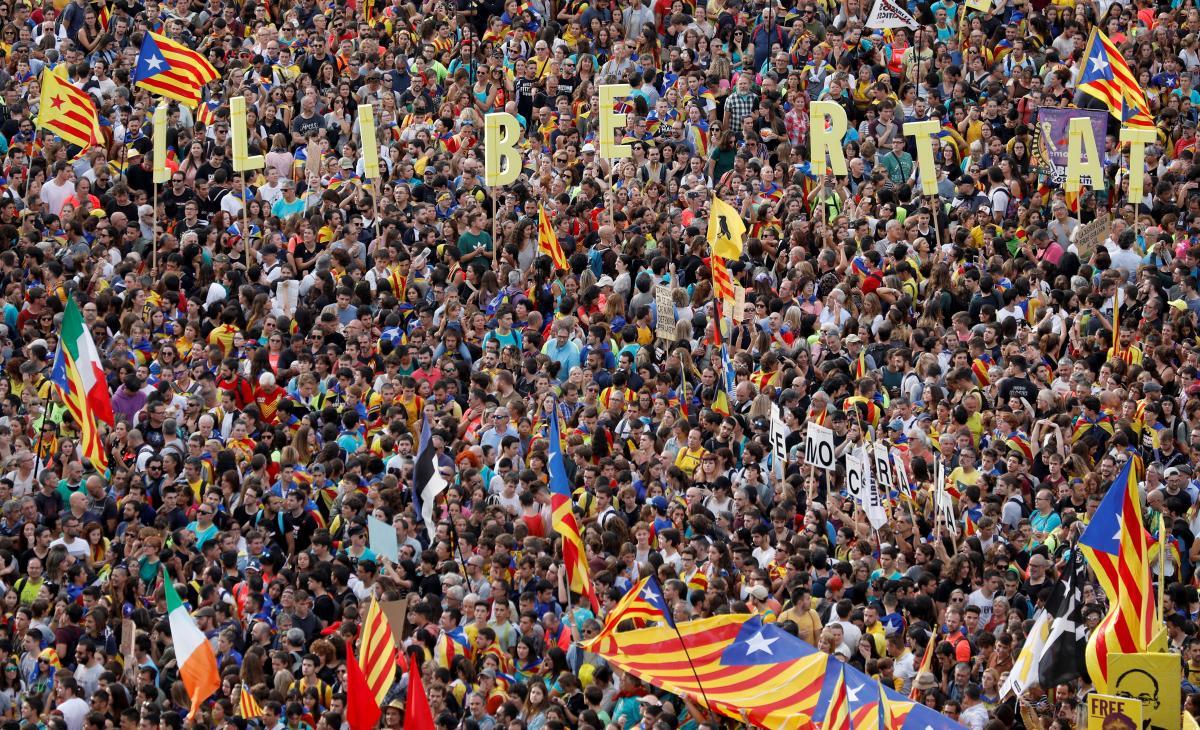 Участники мирной акции протеста в Барселоне / REUTERS