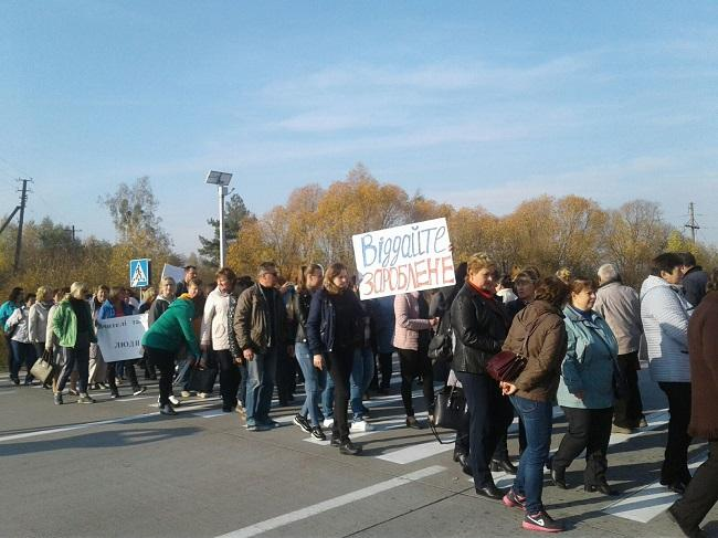 На Житомирщині з вимогами виплатити зарплату вчителі перекрили міжнародну трасу / фото 1.zt.ua