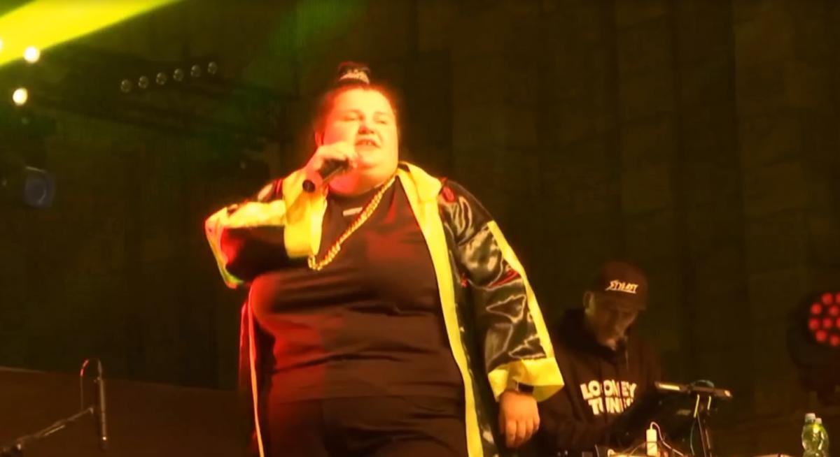 Alyona Alyona выступила на заключительном концерте / скриншот