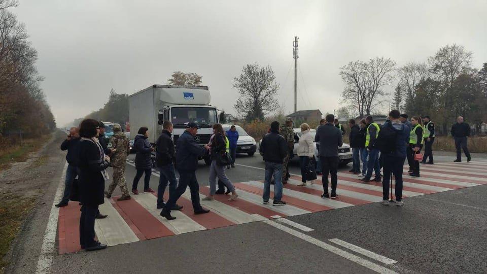 Люди вимагали відремонтувати аварійну дорогу, на якій загинула дівчина / фото: UA:Тернопіль
