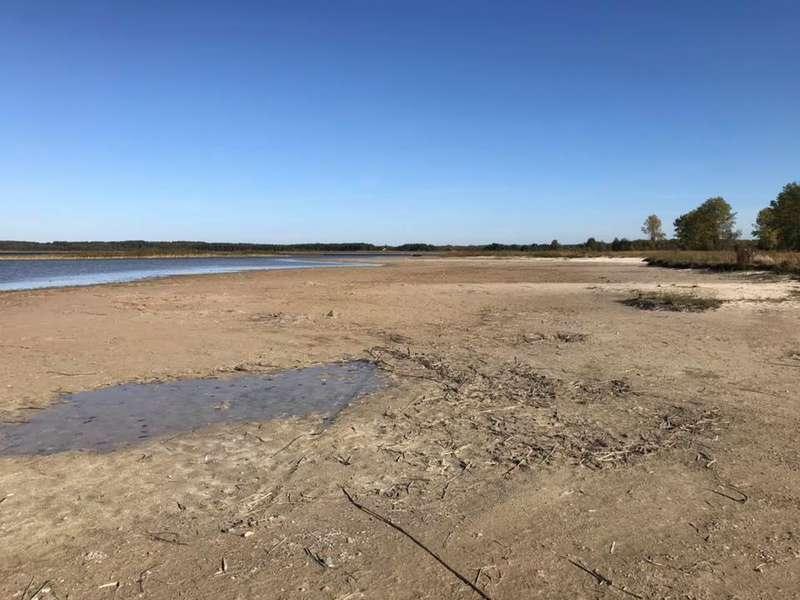 Вода відійшла від берега уже на сотню метрів/ фото konkurent.in.ua