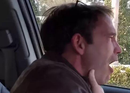 У мужчины случаются приступы неконтролируемого смеха / Скриншот