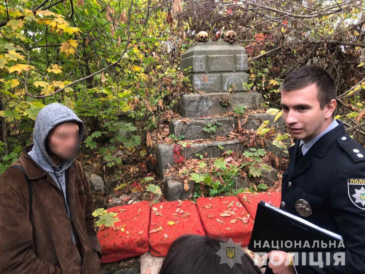 Мужчина вынимал черепа со старого склепа, в котором проживал / фото: ГУ НП в Николаевской области