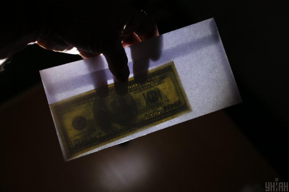 На місці затримання вилучено $20 тис. \ фото УНІАН