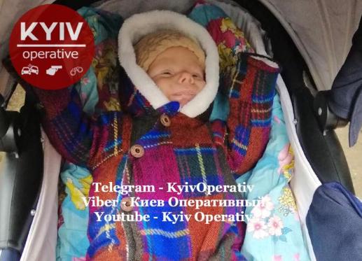 Малыш одет в разноцветный комбинезон и коричневую вязаную шапку / facebook.com/KyivOperativ