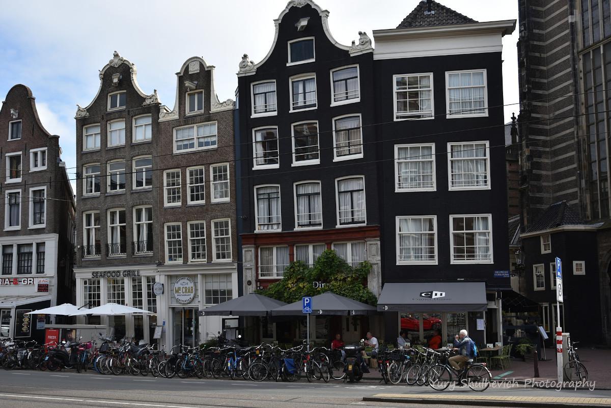 Криві будинки Амстердама -родзинка міста / фото Yury Shulhevich