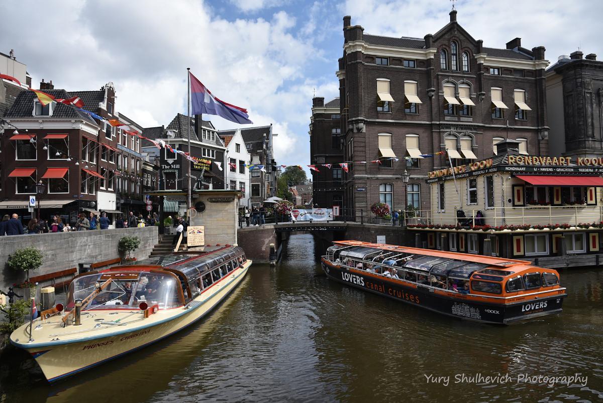 Екскурсії каналами Амстердама дуже популярні / фото Yury Shulhevich