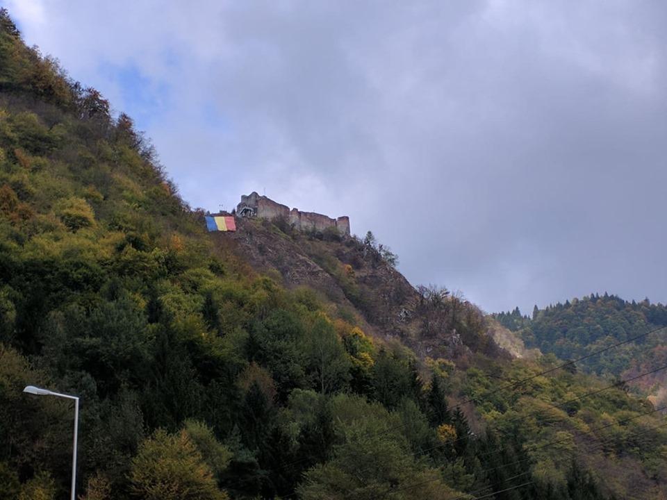 Замок Поенарь - вид с трассы / Фото Юлия Максимова