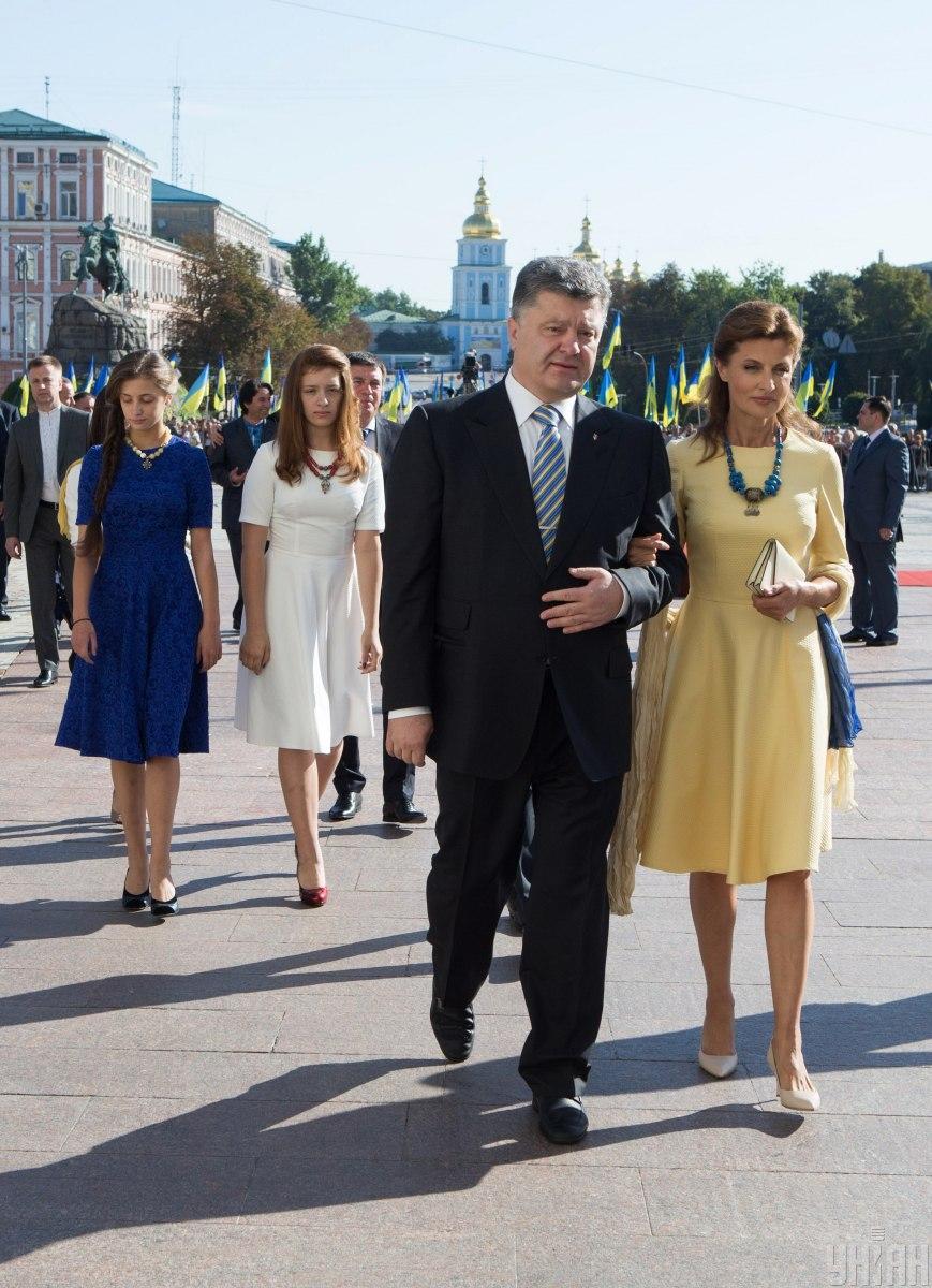 На День прапора в 2014 році Марина Порошенко одягла жовту сукню із блакитною хусткою / фото УНІАН