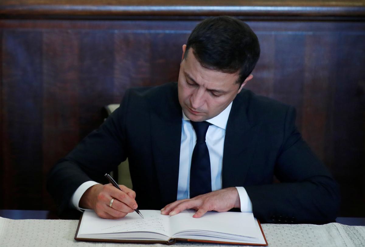 Зеленський ветував закон, що послаблює відповідальність за недостовірне декларування / фото REUTERS