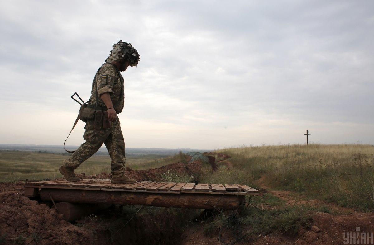 В результате обстрелов на Донбассе ранен украинский военный / фото УНИАН