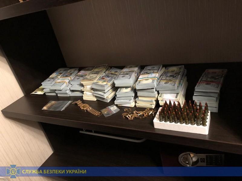 Під час обшуку у затриманого на хабарі знайшли півмільйона доларів готівкою / ssu.gov.ua