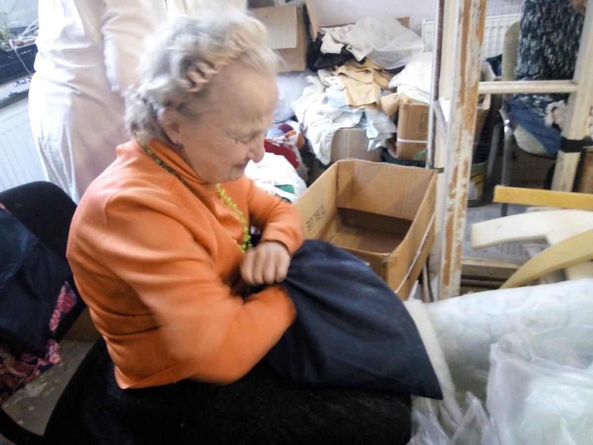 Волонтер помогала в плетении маскировочных сеток и наполнении подушек для военных / фото Леонід Харченко/Facebook