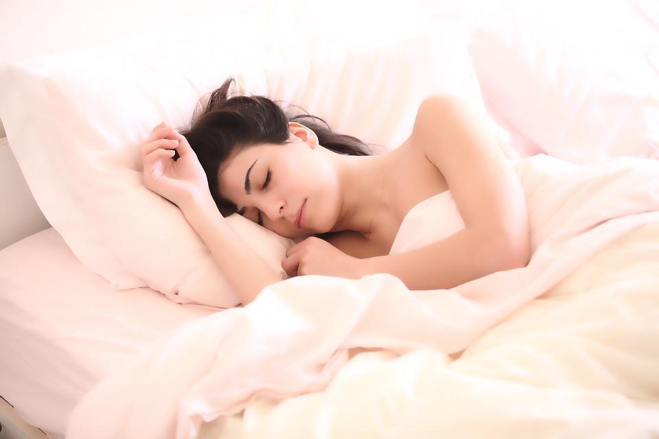 Для сексуальной жизни влюбленным полезно засыпать отдельно / фото pixabay.com