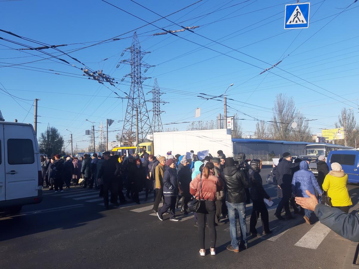 Люди безпрерывно ходят по пешеходному переходу / фото Facebook Денис Селин