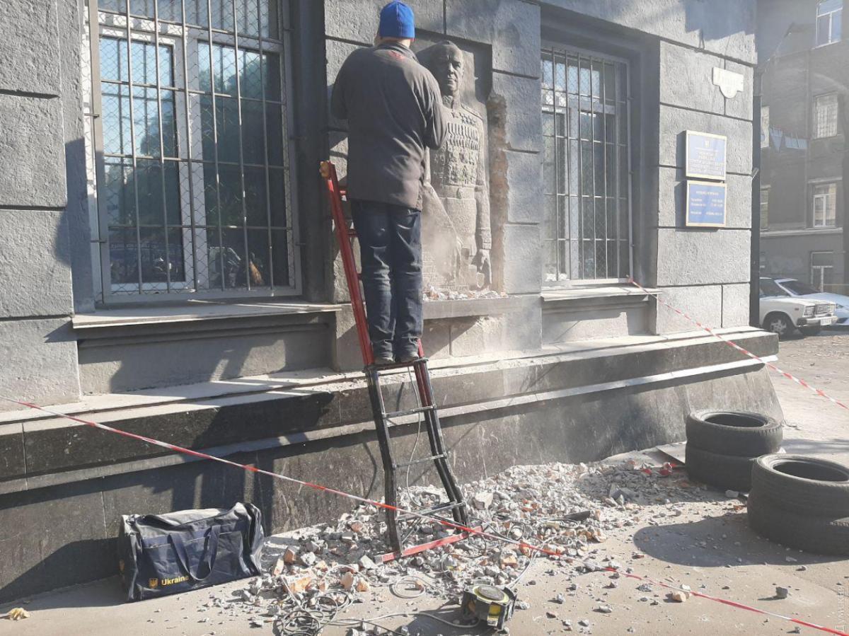 В Одессе демонтируют барельеф Жукову / Думская
