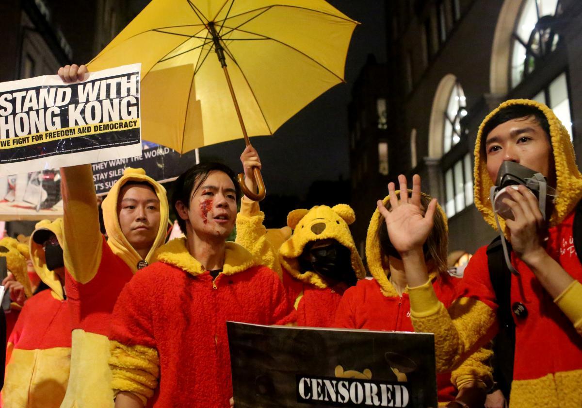На параде в Ньй-Йорки некоторые выражали солидарность с протестующими в Гонконге / Фото REUTERS
