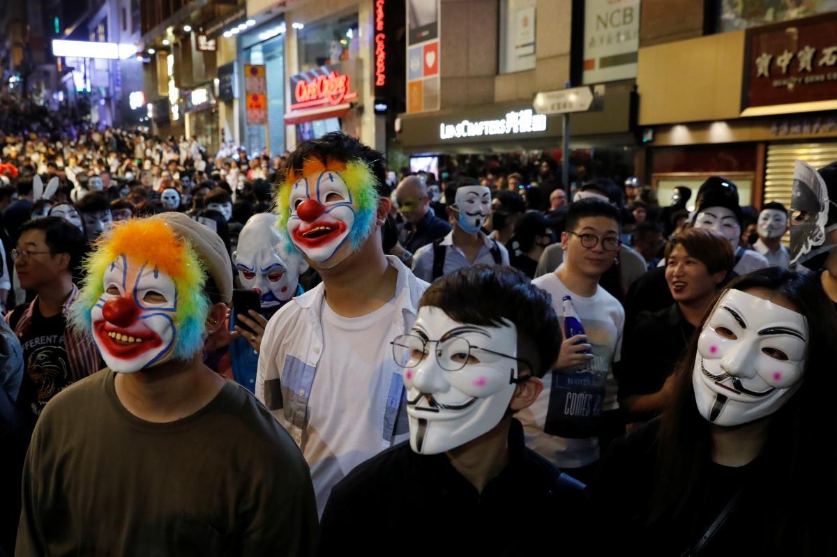 Марш на Хэллоуин в Гонконге / Фото REUTERS