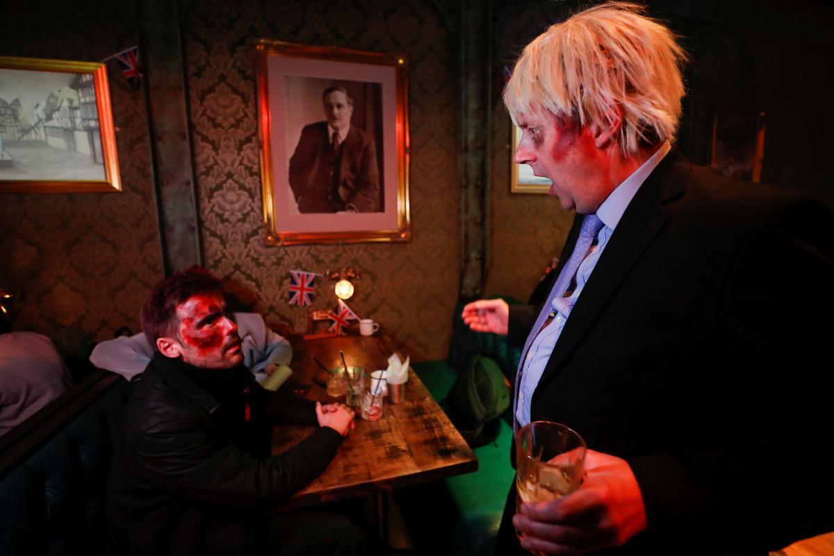 Главный герой вечеринки - зомби Борис Джонсон / Фото REUTERS