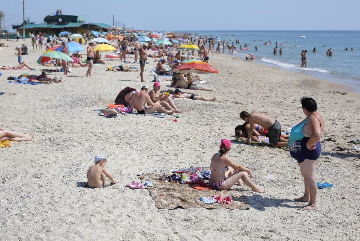 Одесские пляжи сейчас заполнены людьми / фото УНИАН
