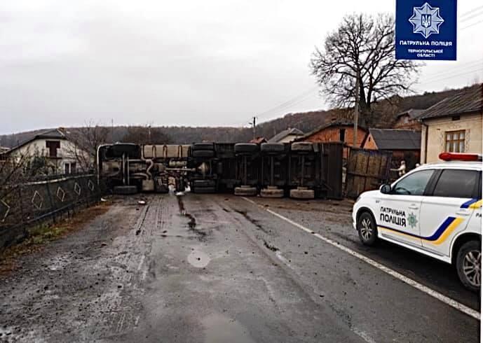 Грузовик заблокировалдвижение на трассе международного значения / фото facebook.com/ternopilpolice