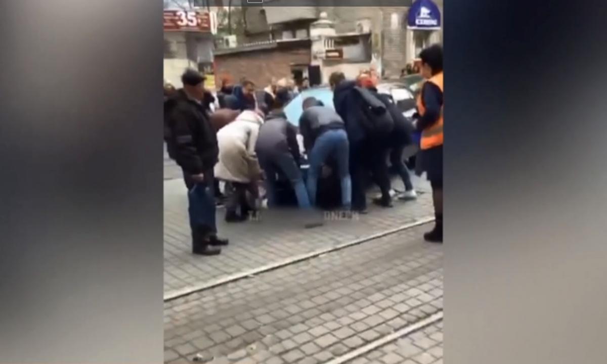 Пассажиры убрали авто с путей / скриншот