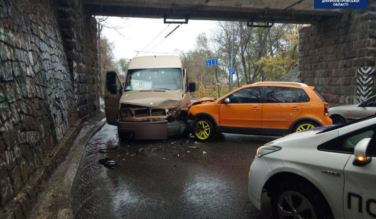Водійка Volkswagen не впоралася з керуванням і врізалась у маршрутку/ фото: facebook.com/dnipropolice