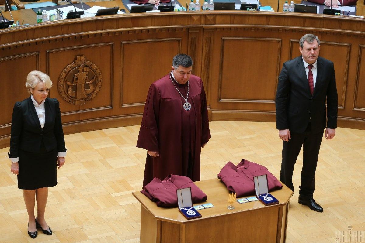 Голова КСУ Олександр Тупицький (в центрі) підозрюється у державній зраді / фото УНІАН
