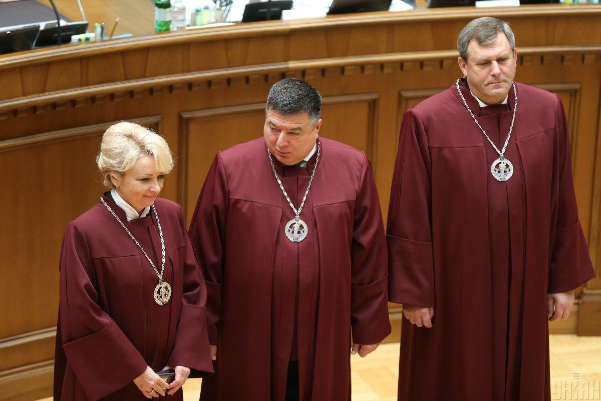 Тупицький (в центрі) відповів на питання щодо закону про мову / УНІАН