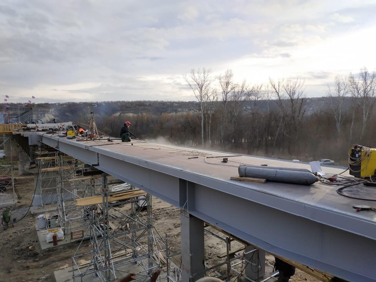 Пользователи соцсетей заметили триколоры на мосту еще в конце октября / twitter.com/IuliiaMendel