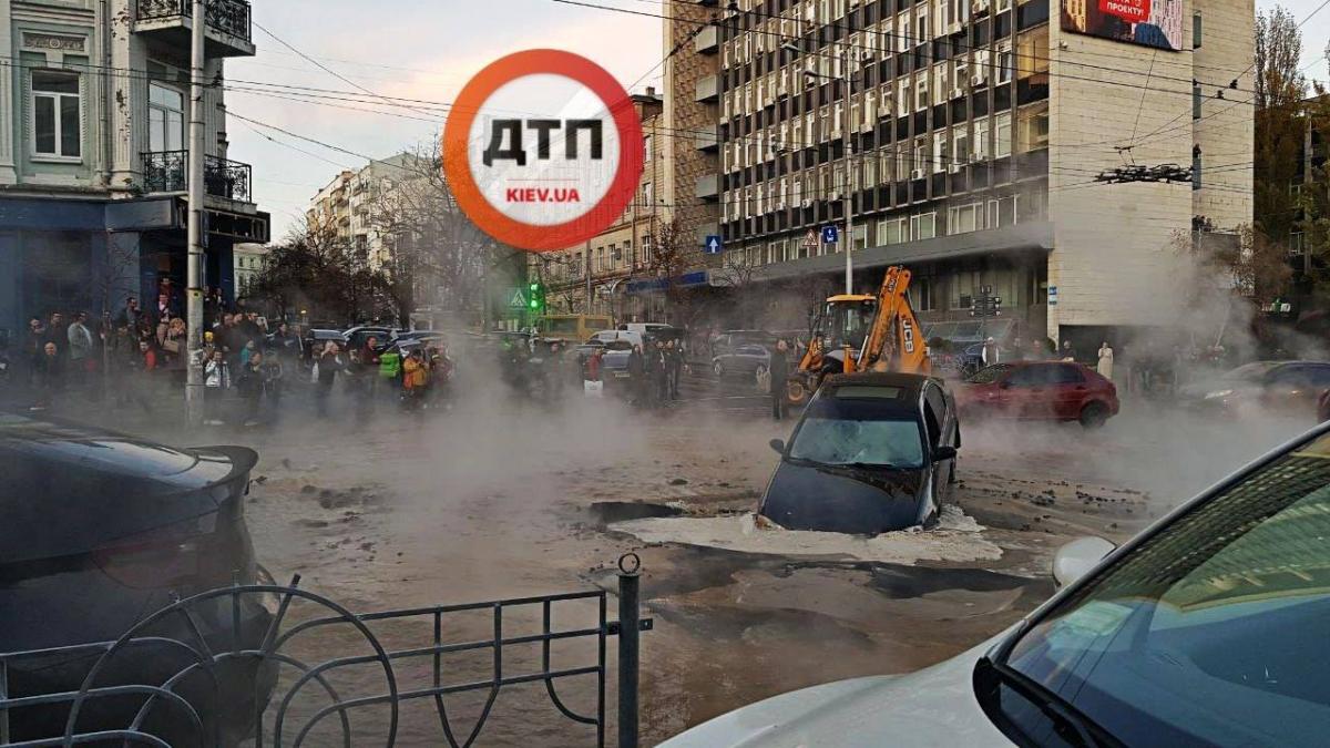 В центре Киева прорвало теплосеть / фото facebook.com/dtp.kiev.ua