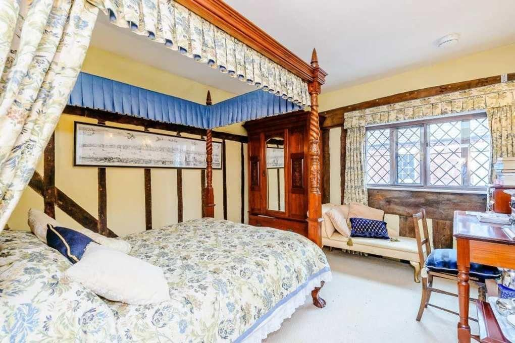 В доме есть спальная комната на двух человек / tsn.ua