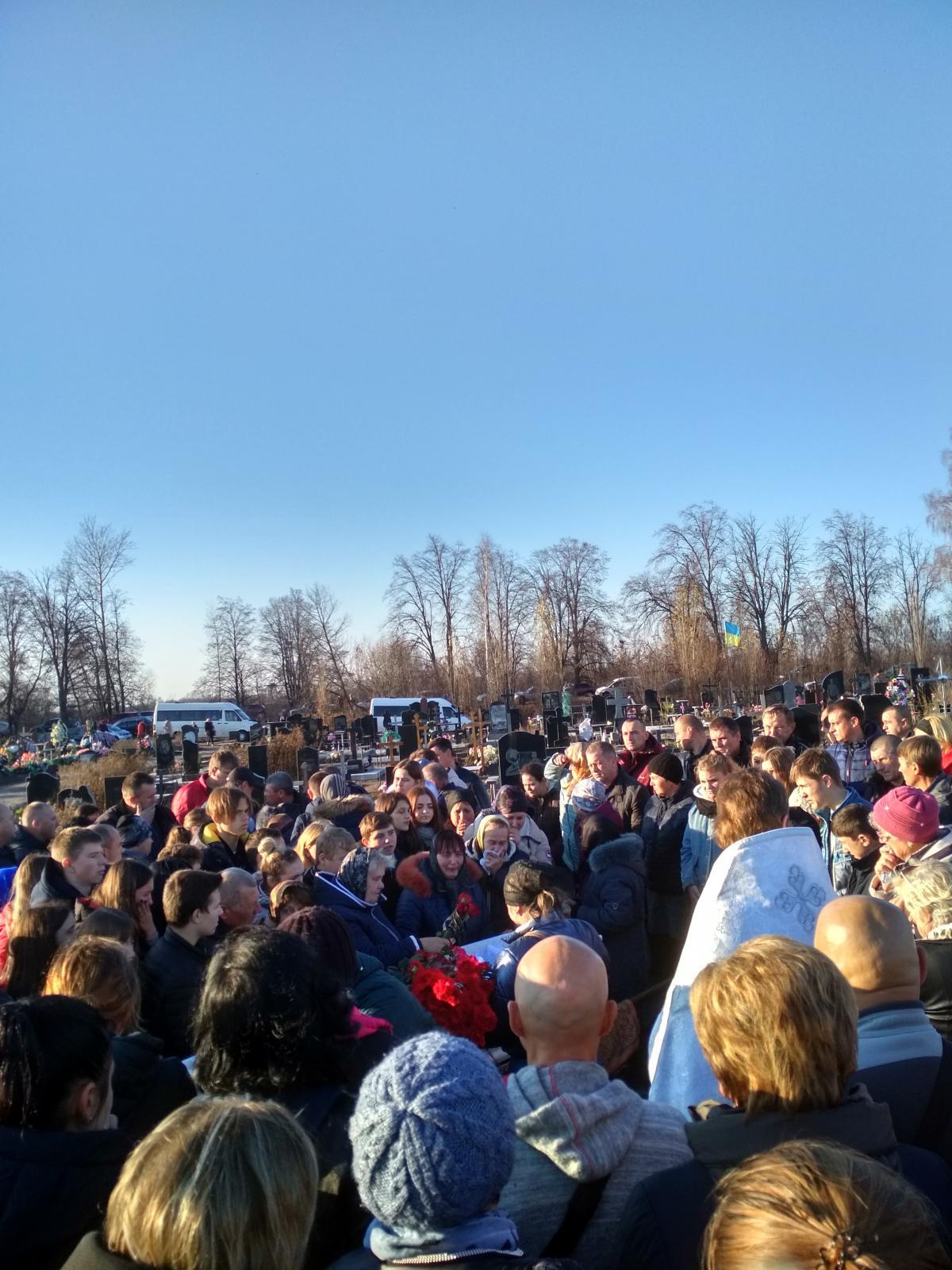 Белый гроб окружили женщины и мужчины с потемневшими и осунувшимися лицами / фото Ирины Шевченко