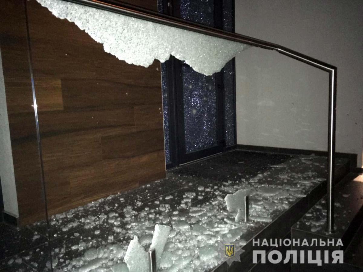 Взрывом частично повреждены фасад здания, окна и входные двери / фото ГУ НП в Ривненской области