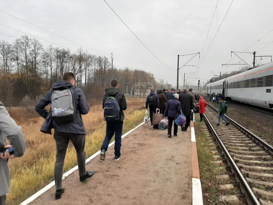 Пассажиров эвакуировали из поезда на время работы взрывотехнической службы / фото Facebook Игоря Зинкевича