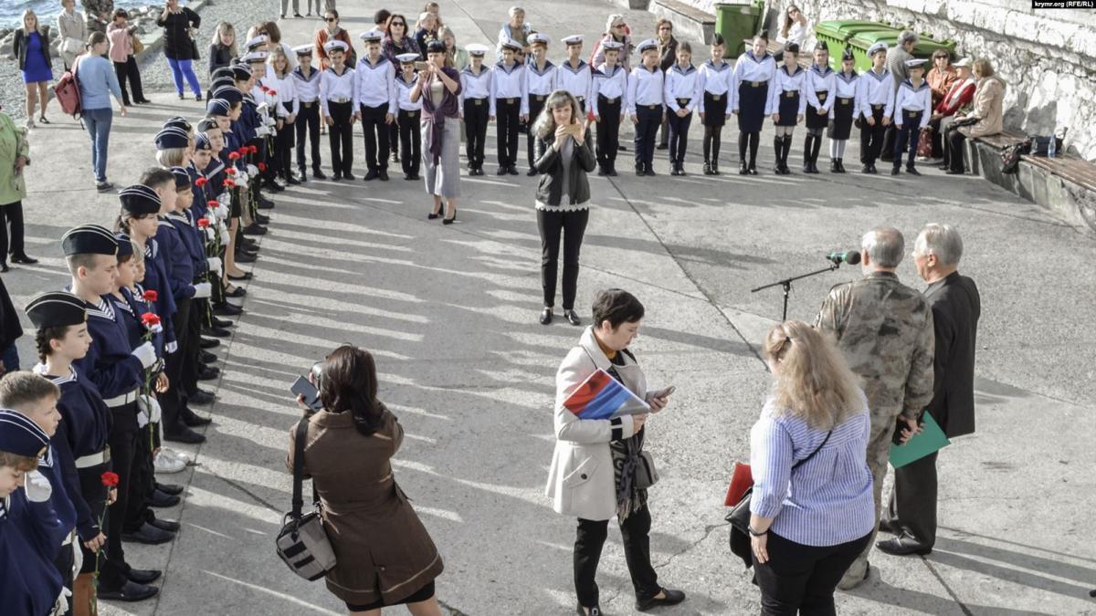 В Крыму детей заставили стоять на митинге, несмотря на жару / krymr.org (RFE/RL)