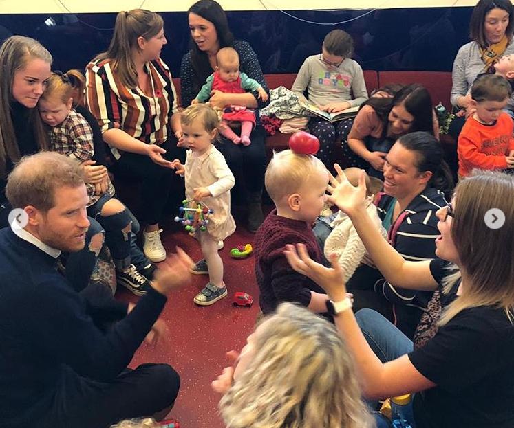 Герцоги с удовольствием общались с детьми \ instagram.com/sussexroyal/