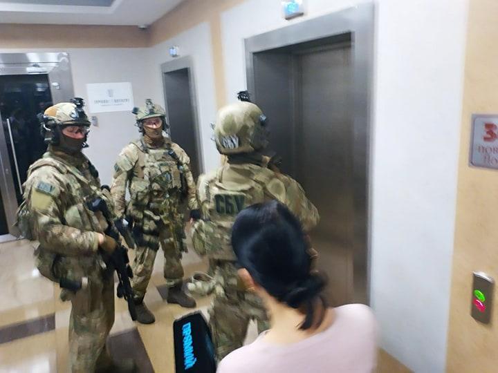 """В СБУ розповіли, чому прийшли з обшуком у бізнес-центр """"Парус"""" \ Фото УНІАН"""