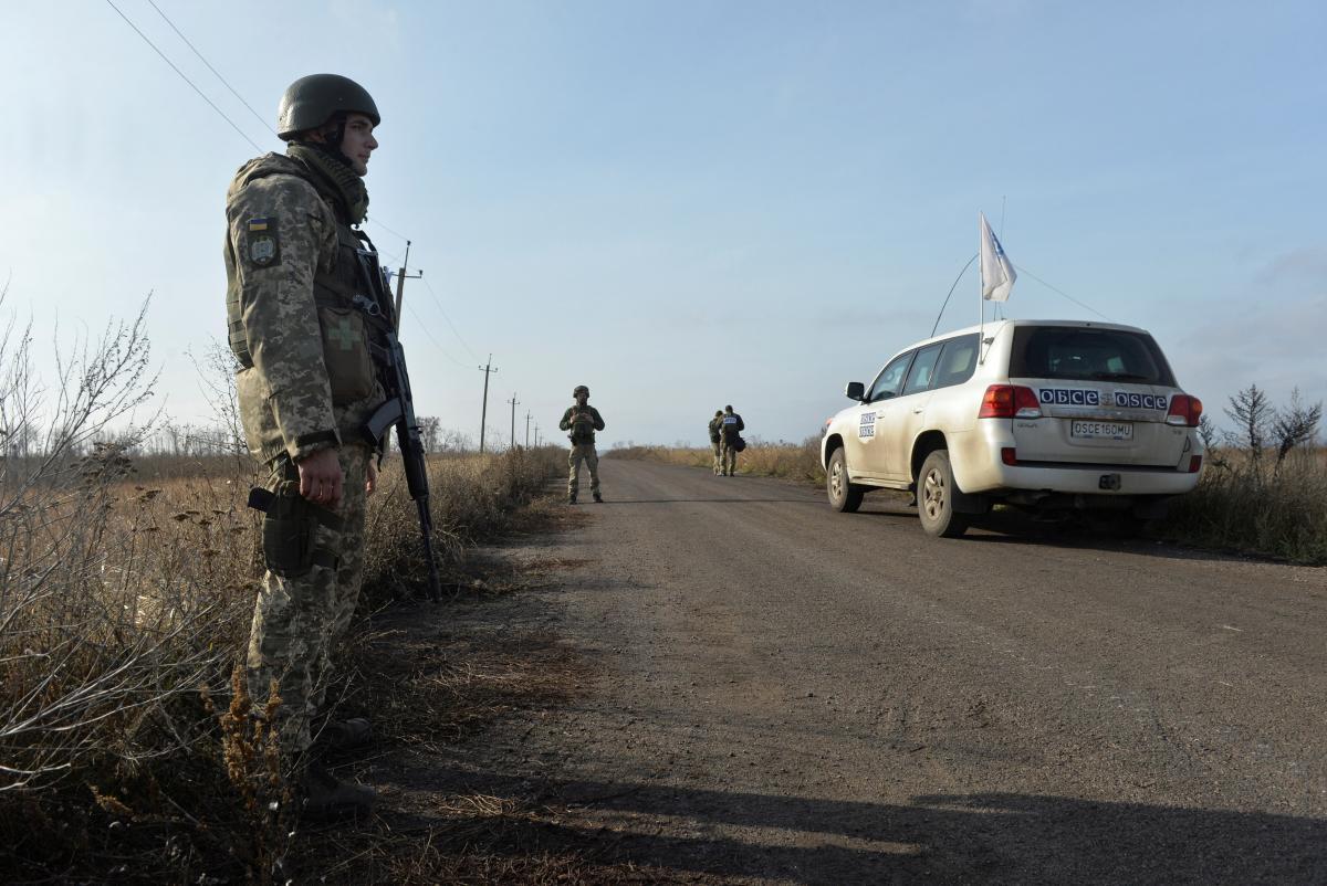 Боевики снова не пропустили наблюдателей ОБСЕ через блокпост в Оленевке / фото REUTERS