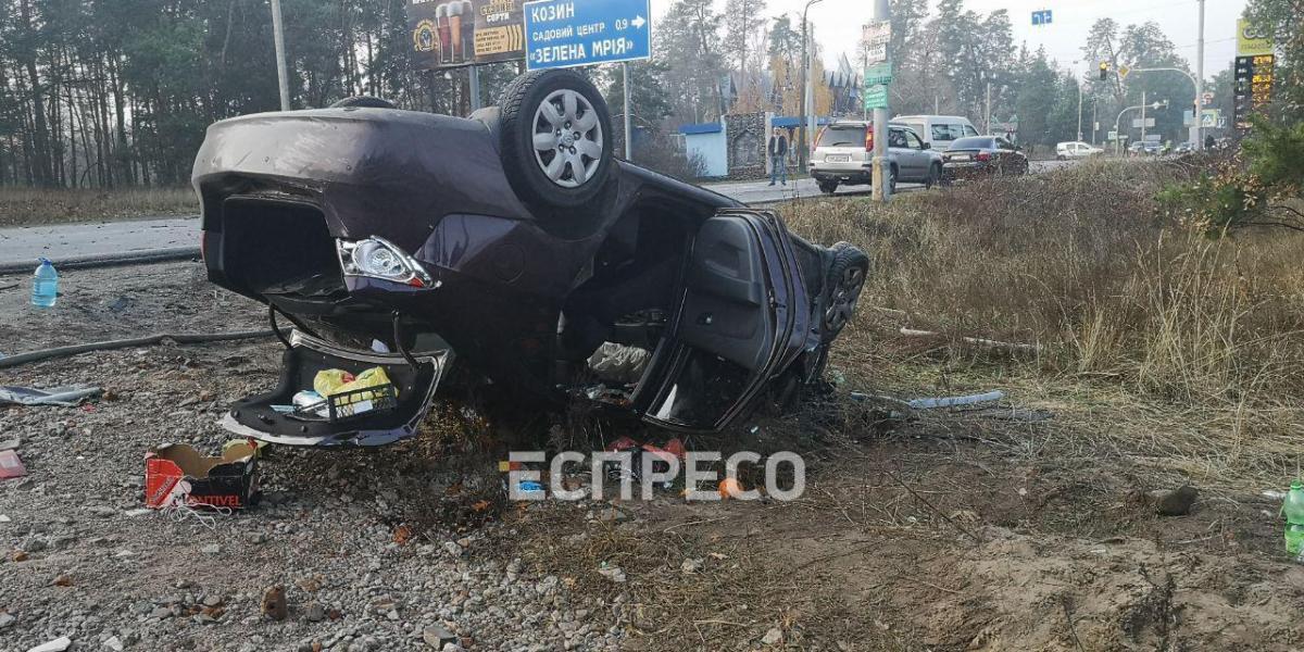 От удара Hyundai вылетел с дороги в кювет и перевернулся / фото: Еспресо