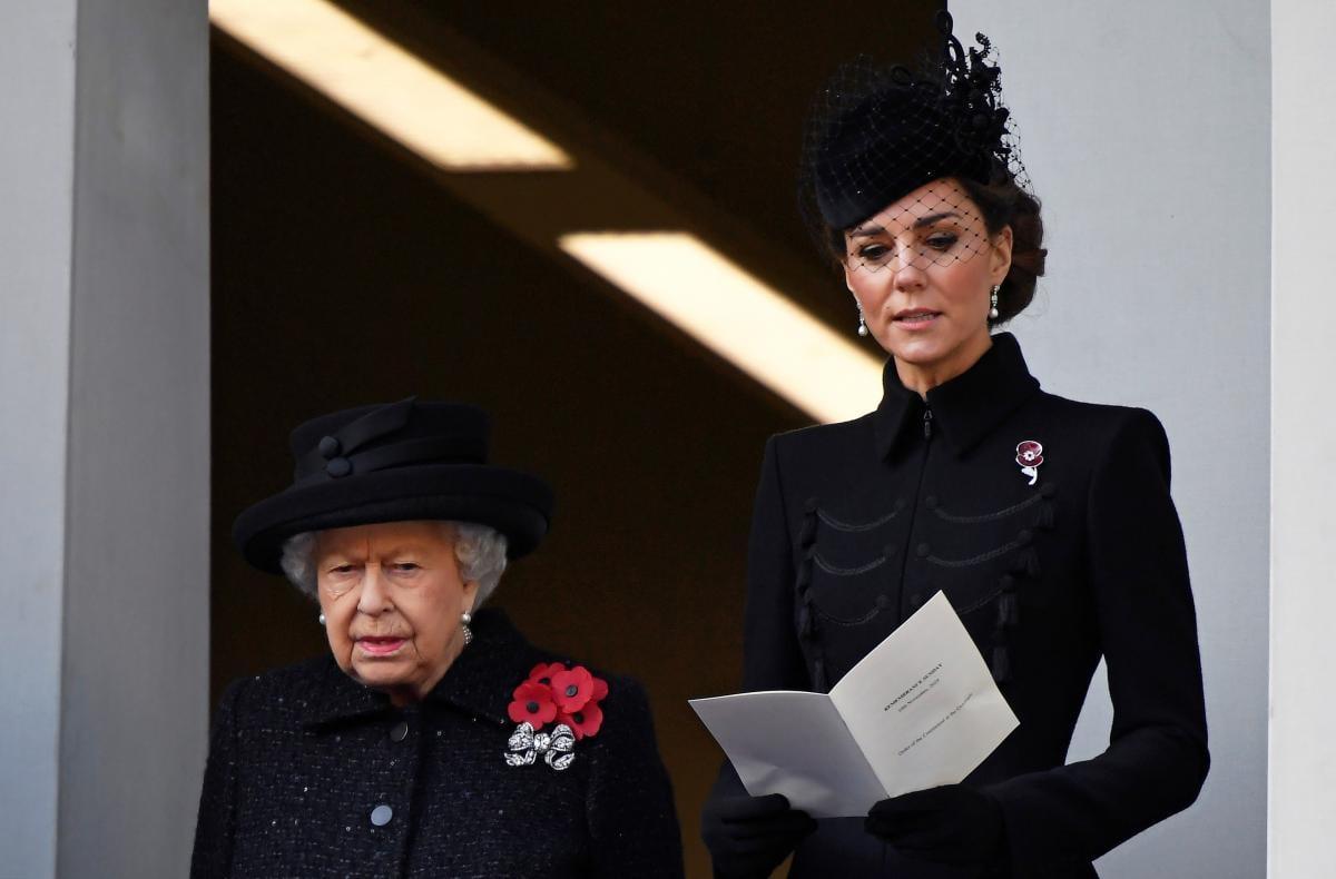 Королева Елизавета II и Кейт Миддлтон \ REUTERS